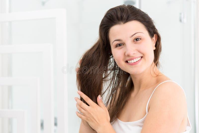 Download 有手指的掠过的头发 库存图片. 图片 包括有 快乐, 室内, 暴牙, beauvoir, 微笑, 纵向, 头发 - 72355079