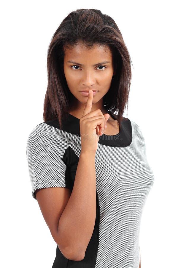 有手指的美丽的非裔美国人的妇女在嘴唇 免版税库存图片