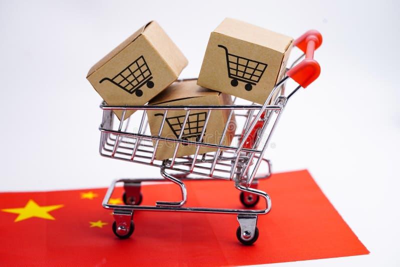 有手推车商标和中国旗子的箱子:在网上购物的进出口或电子商务送货服务商店产品运输 图库摄影