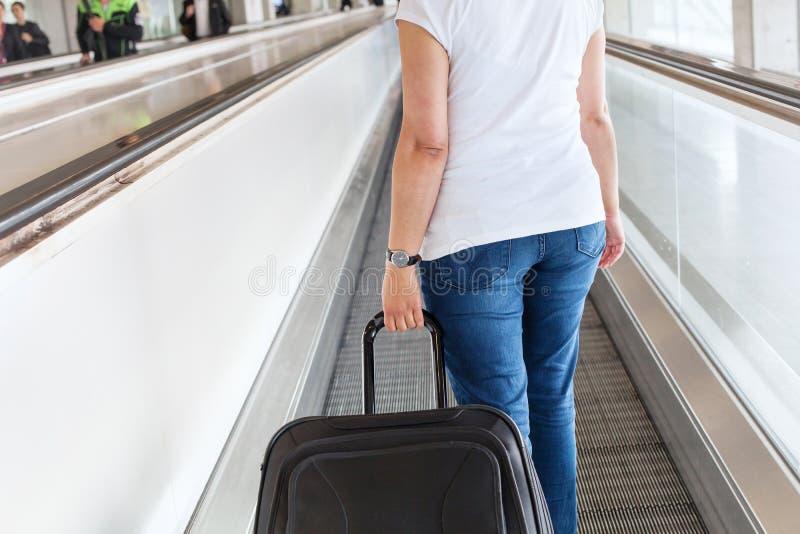 有手提箱行李的乘客在机场 库存图片