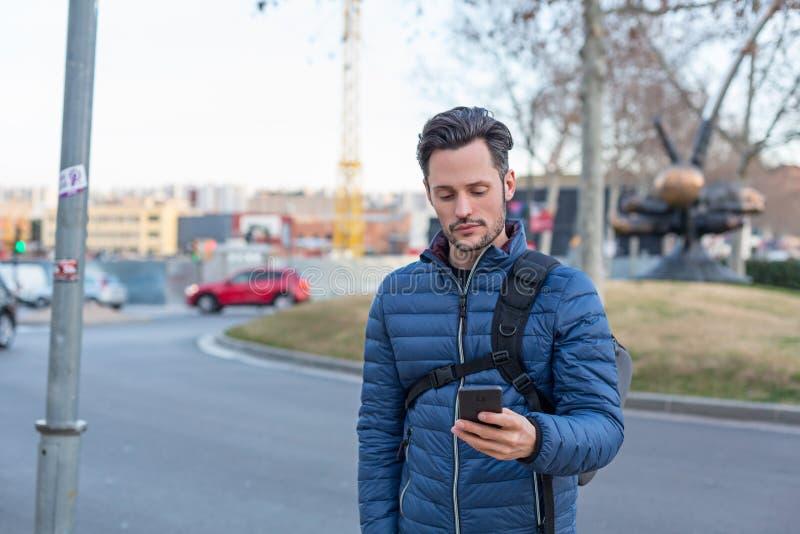 有手机和水兵的年轻企业街道上的人 库存图片