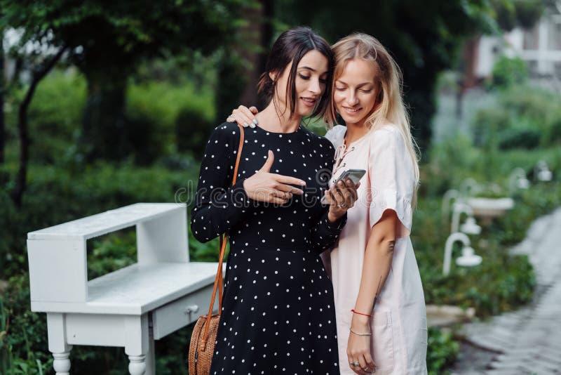 有手机的两个女孩 库存照片