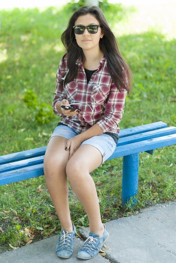 有手机的女孩在街道上 免版税图库摄影