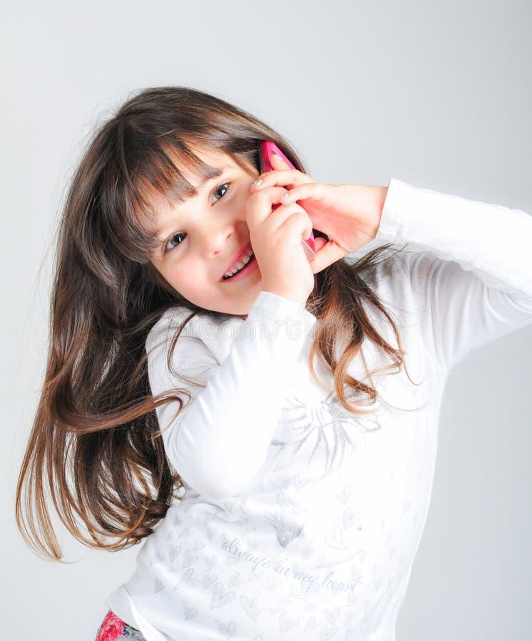 有手机的小白种人女孩 免版税库存照片