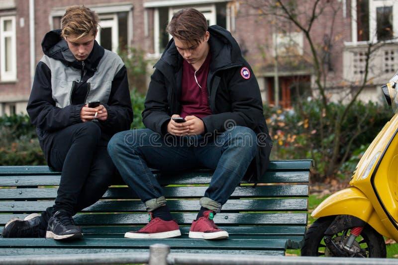 有手机的少年 免版税库存图片
