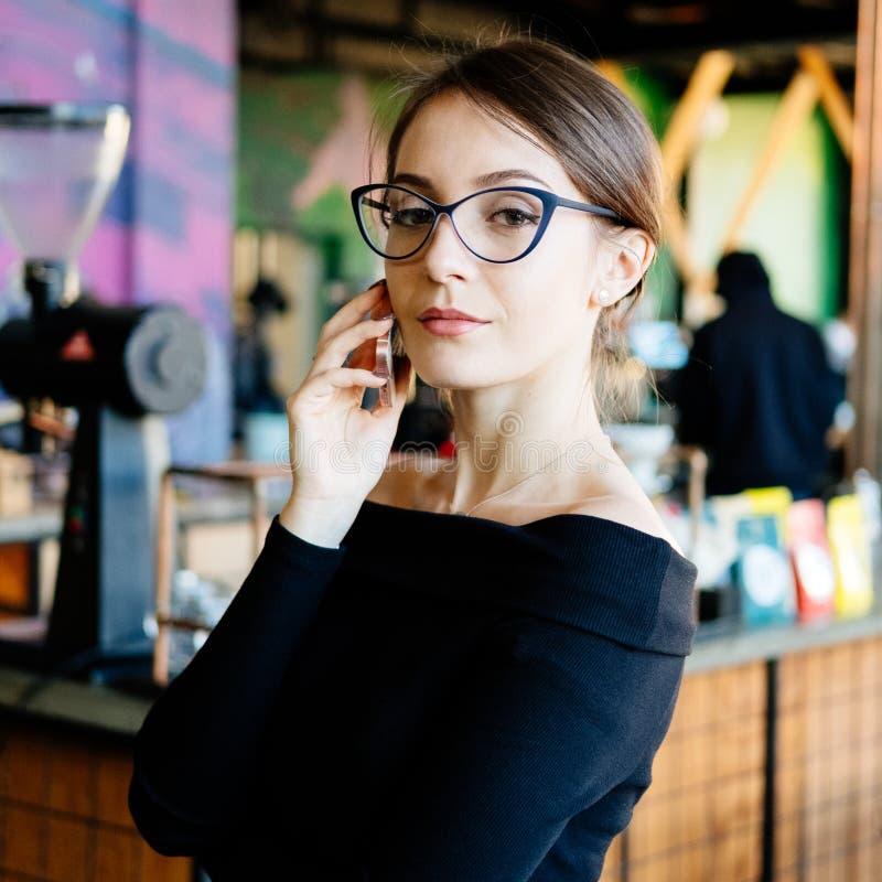 有手机的年轻俏丽的女商人 库存图片