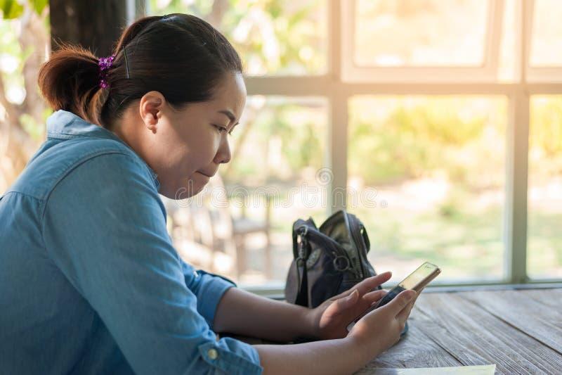 年轻有手机的行家亚裔妇女 库存图片