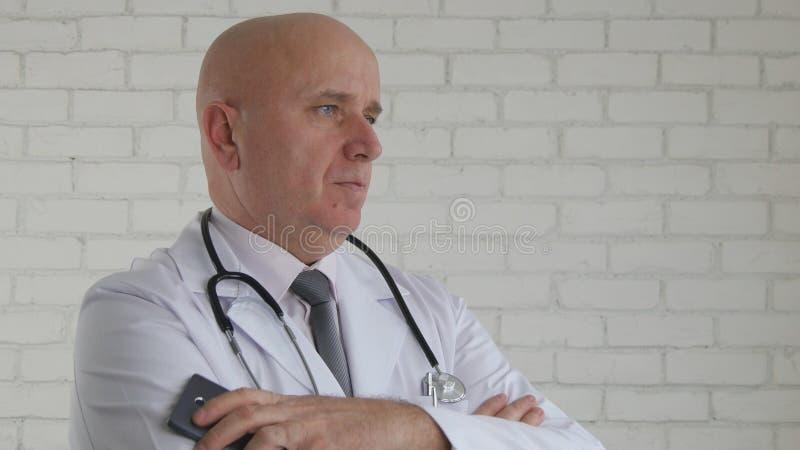 有手机的Image医生在手中停留镇静并且听患者 免版税库存照片