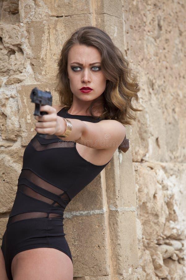 有手枪瞄准的妇女 免版税图库摄影