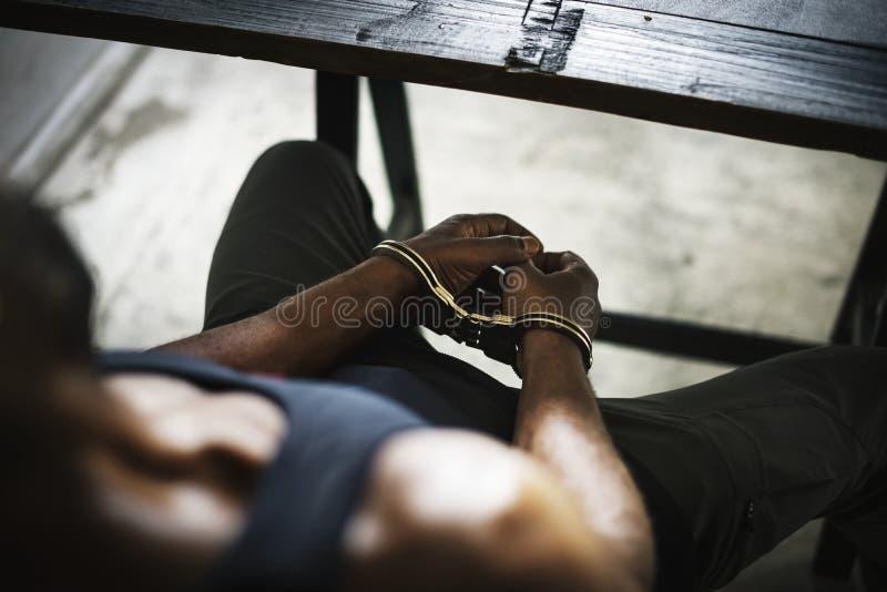 有手铐罪行的被拘捕的人 免版税库存照片