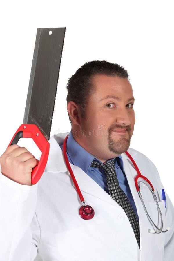 有手锯的医生 免版税库存图片