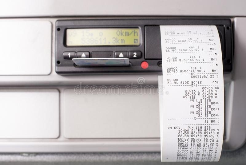 有打印的时间记录的数字指示和司机卡片一半插入了 免版税库存图片