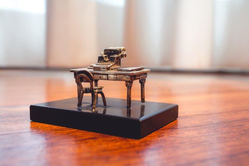 有打字机宏指令的微型老书桌 免版税图库摄影