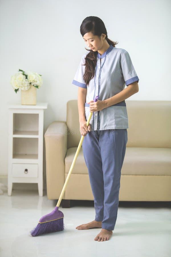 有打扫的更加干净的佣人妇女 免版税库存照片