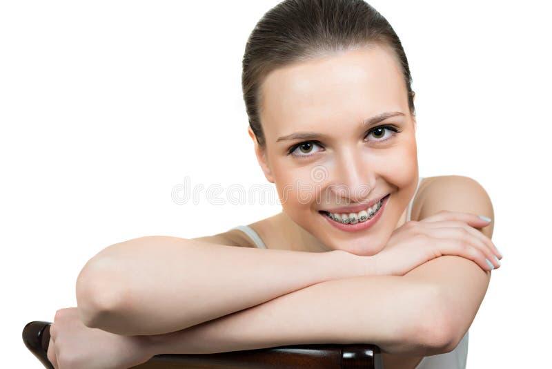 有托架的美丽的少妇在牙 库存图片