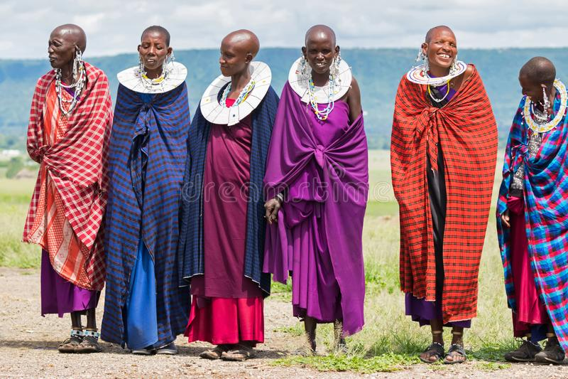 有执行传统马塞人舞蹈的串珠的衣领的Maasai妇女在村庄在阿鲁沙,坦桑尼亚,东非 免版税库存照片