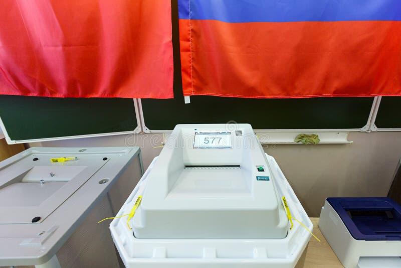 有扫描器的电子投票箱在用于2018年3月18日的俄国总统选举的投票站 市巴拉希 免版税库存图片