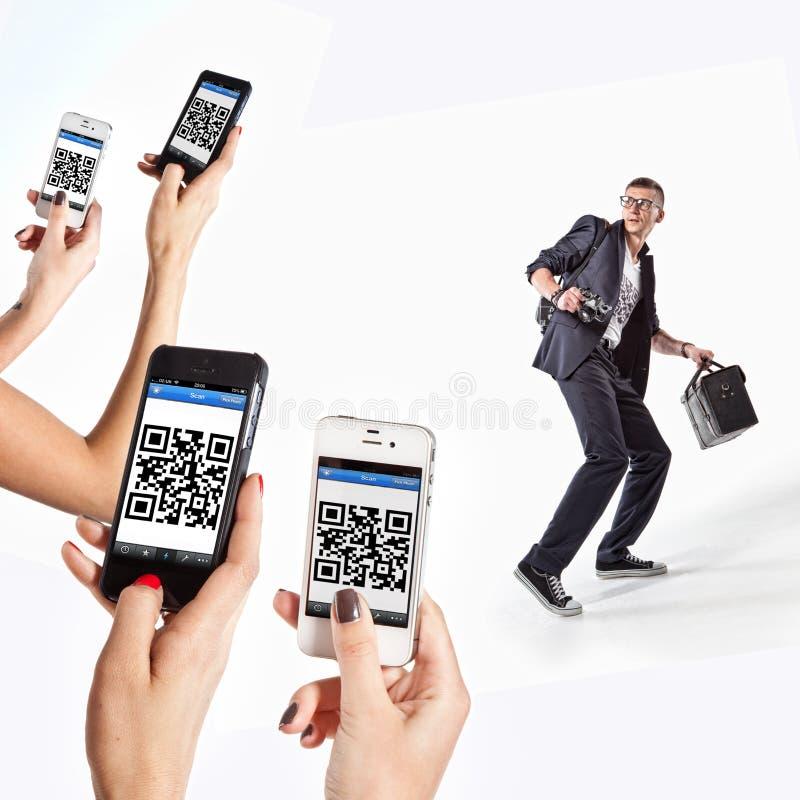 有扫描在摄影师T恤杉的电话的女孩QR代码  免版税库存照片