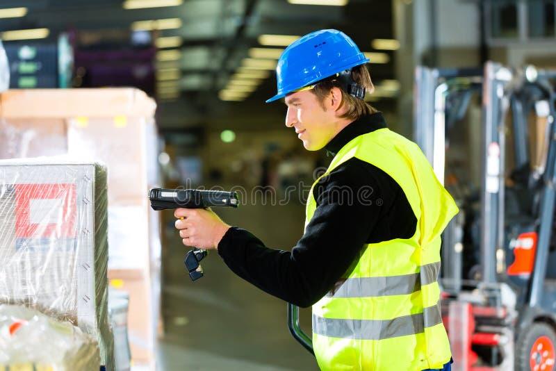 有扫描程序的管理员在向前大商店  库存照片