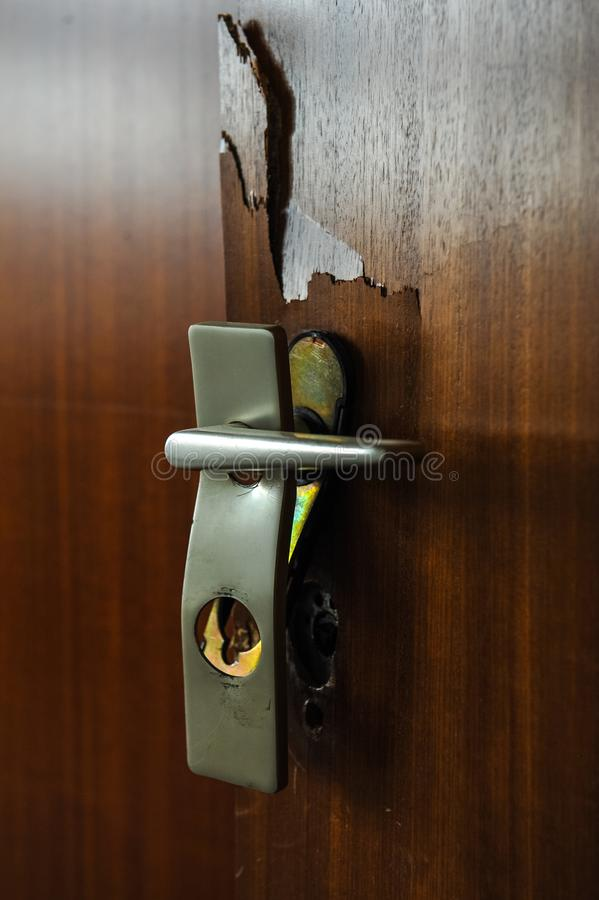 有把柄的残破的门锁在房子里面 免版税图库摄影