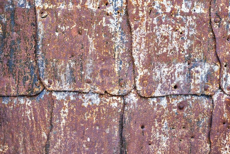 有抓痕和镇压的摘要多彩多姿的生锈的金属板 免版税库存图片