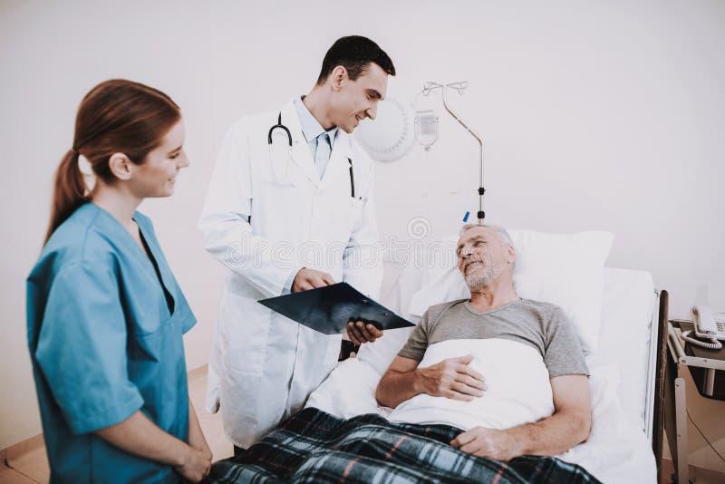 有护士的关心医生 人们在内科病房里 图库摄影