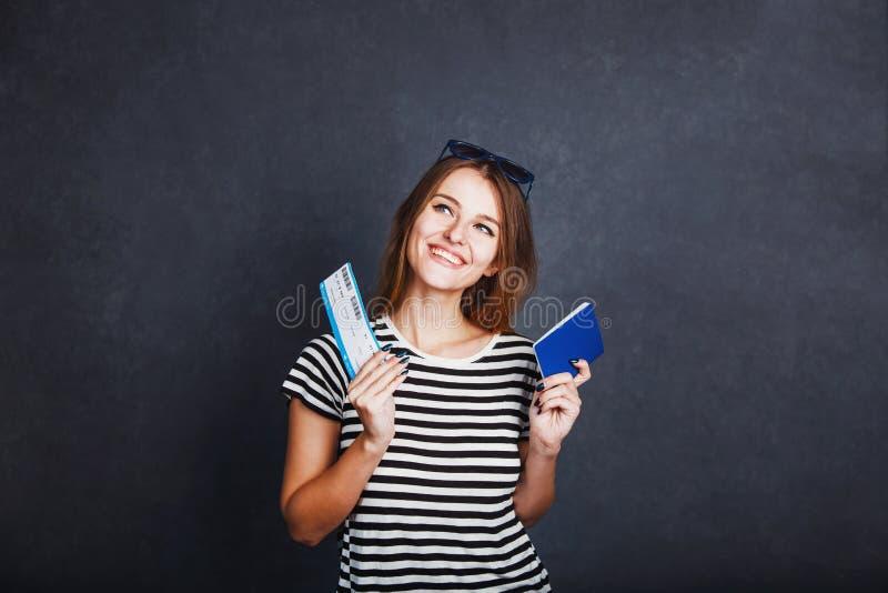 有护照和飞机票的女孩 图库摄影