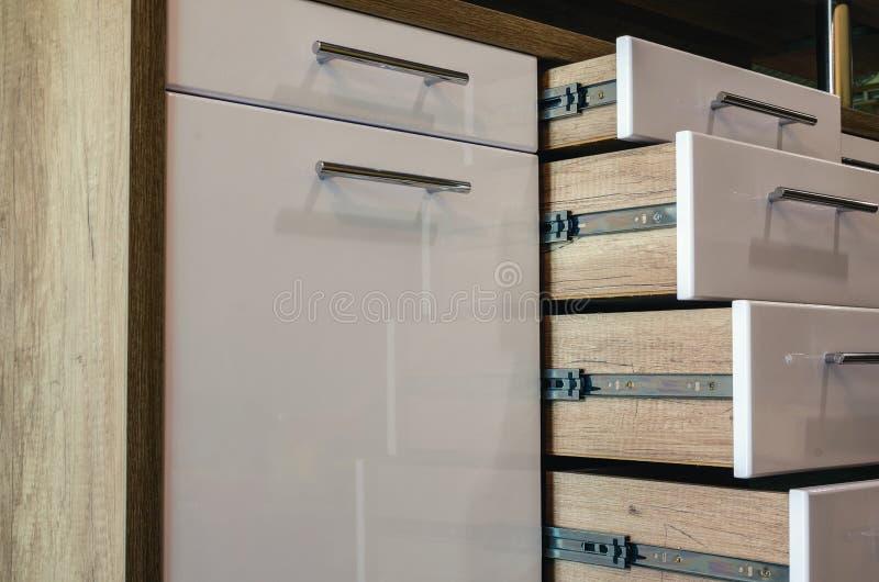 有抽屉和光滑的白色MDF门面的木家具 免版税图库摄影