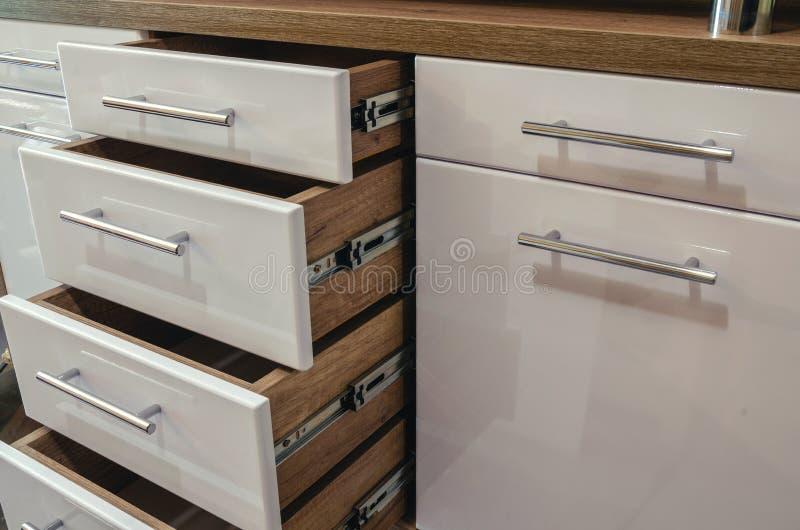 有抽屉和光滑的白色MDF门面的木家具 库存照片
