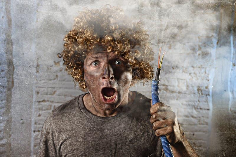 有抽烟在与肮脏的被烧的面孔震动的国内事故以后的缆绳的被触电致死的人触电了致死表示 图库摄影