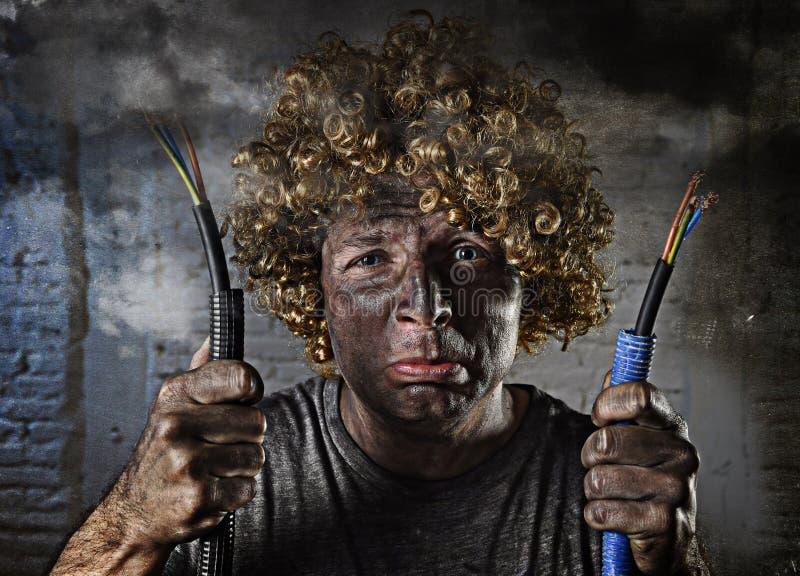 有抽烟在与肮脏的被烧的面孔震动的国内事故以后的缆绳的被触电致死的人触电了致死表示 免版税库存照片