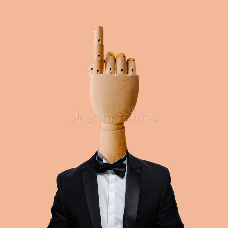 有抽烟的衣服的手 免版税库存照片