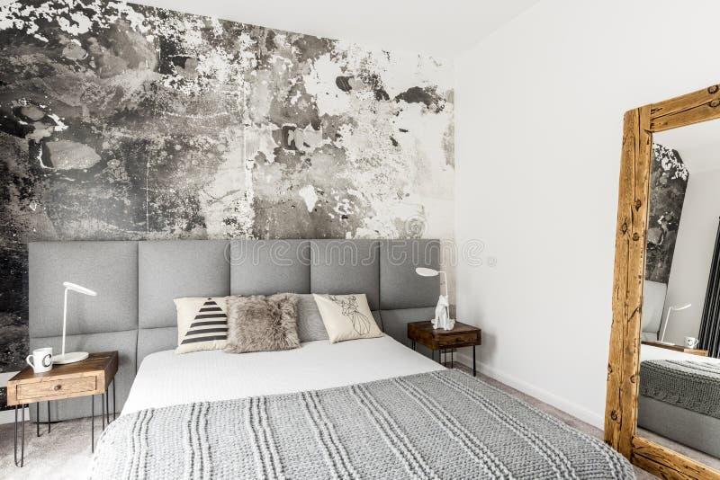 有抽象难看的东西墙壁的卧室 免版税库存图片