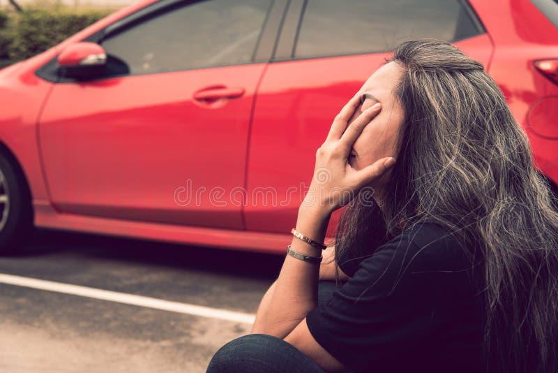 有担心的被注重的面孔表示的妇女灰色头发在汽车同水准 免版税库存照片