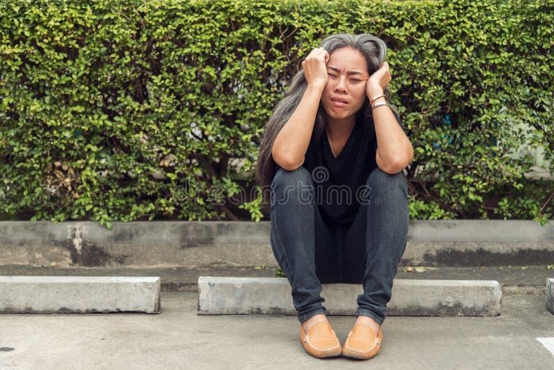 有担心的被注重的面孔表示的妇女灰色头发 免版税库存图片