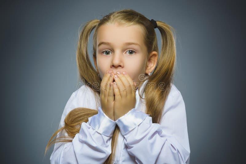 有担心的被注重的面孔表示的特写镜头哀伤的女孩 图库摄影
