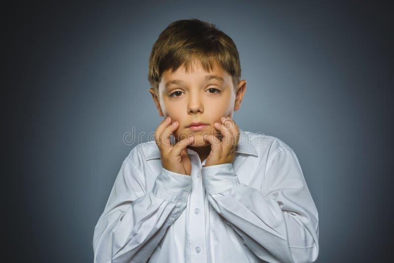 有担心的被注重的面孔表示的特写镜头哀伤的男孩 免版税库存照片