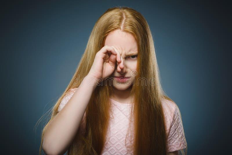 有担心的被注重的面孔表示的特写镜头哀伤的女孩 免版税库存照片
