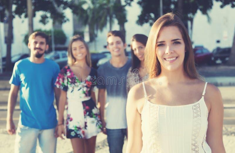 有拉丁行家小组的美丽的白种人妇女 免版税库存照片