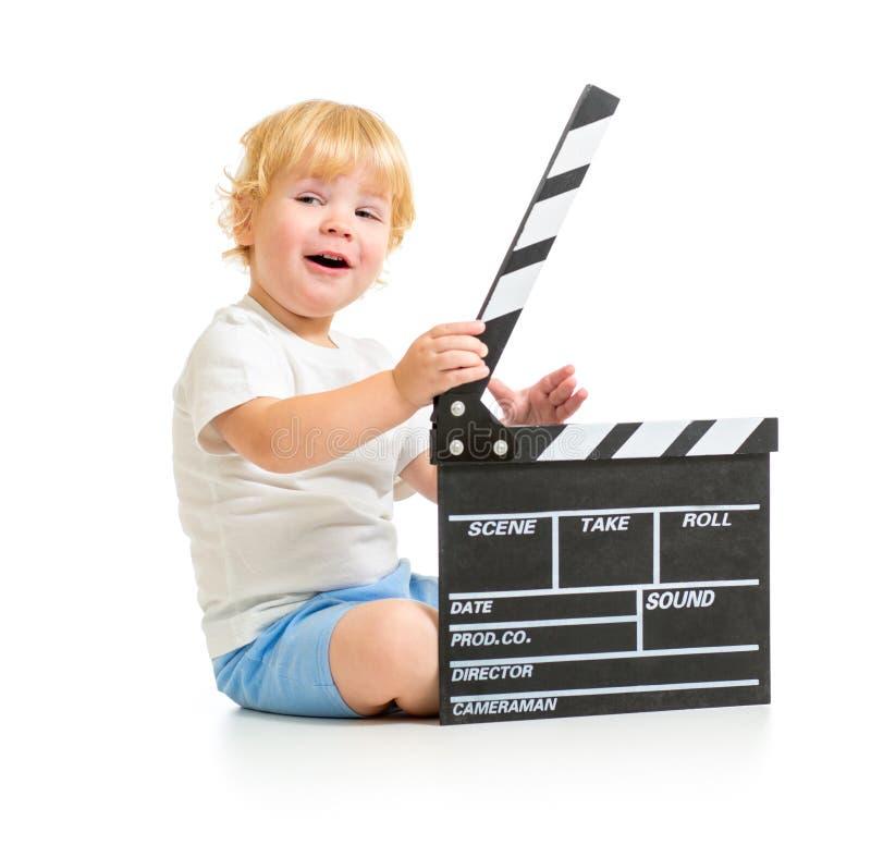 有拍板的愉快的男婴坐地板 免版税库存图片