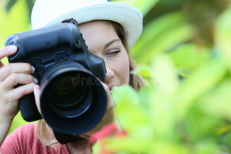 有拍照片的一台反光照相机的摄影师 免版税图库摄影