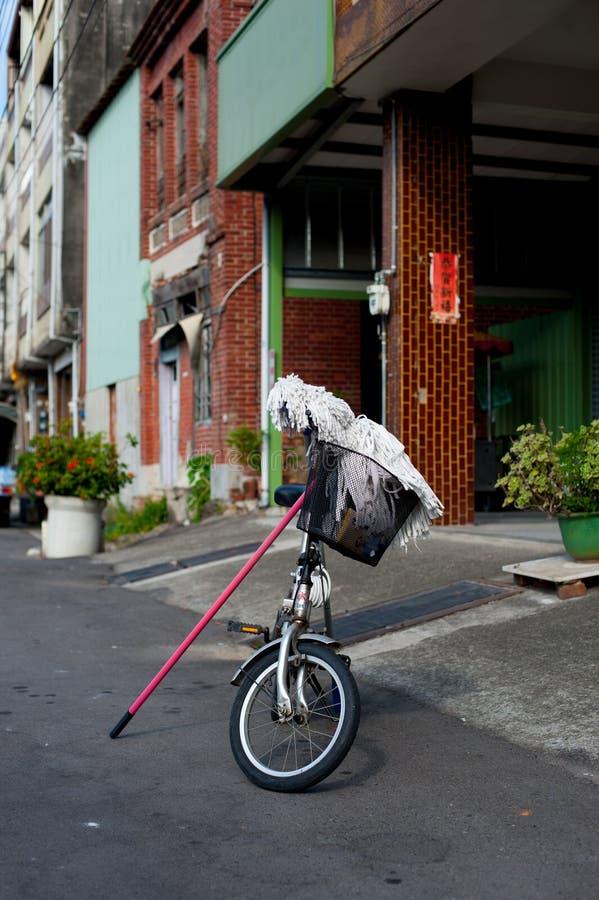 有拖把的自行车在街道上在台北,台湾 台湾` s在冬天期间,是否是热带的,并且不下雪 在夏天蒂姆 库存照片