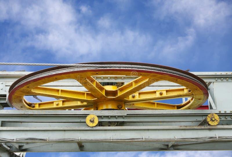 有拖拉的大拉紧的滑车轮附带运载的绳索 免版税库存图片