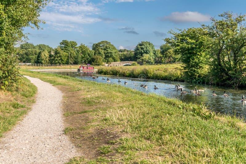有拖曳道路的一条运河和运河闯入 免版税库存照片