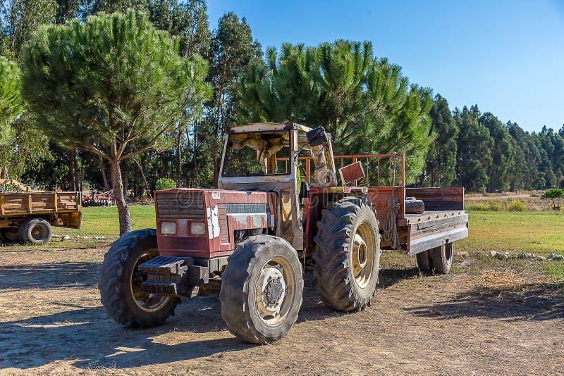 有拖车的农用拖拉机在乡下 库存照片