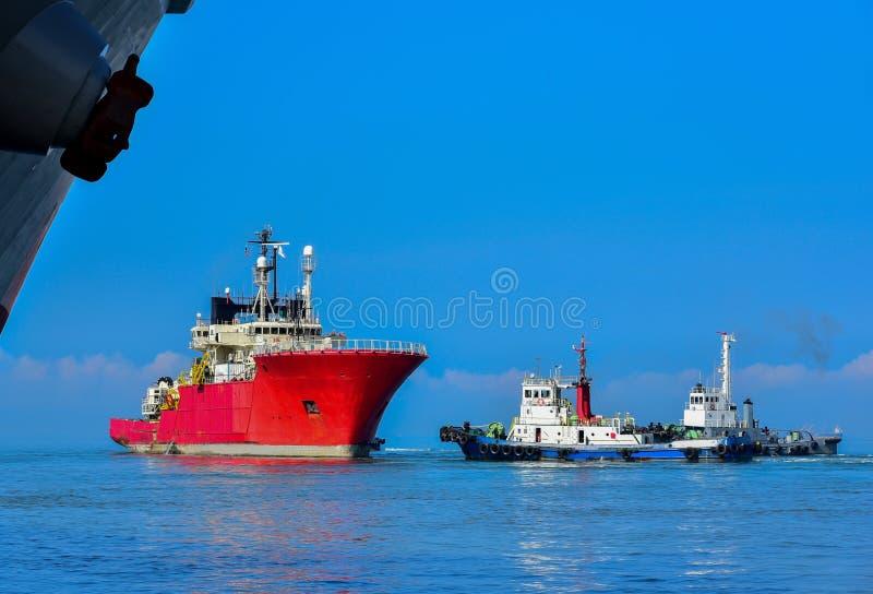有拖轮协助的拖轮对造船厂 图库摄影
