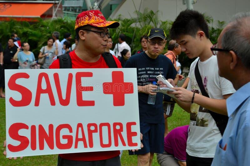 有招贴的抗议者在劳动节集会新加坡 库存照片