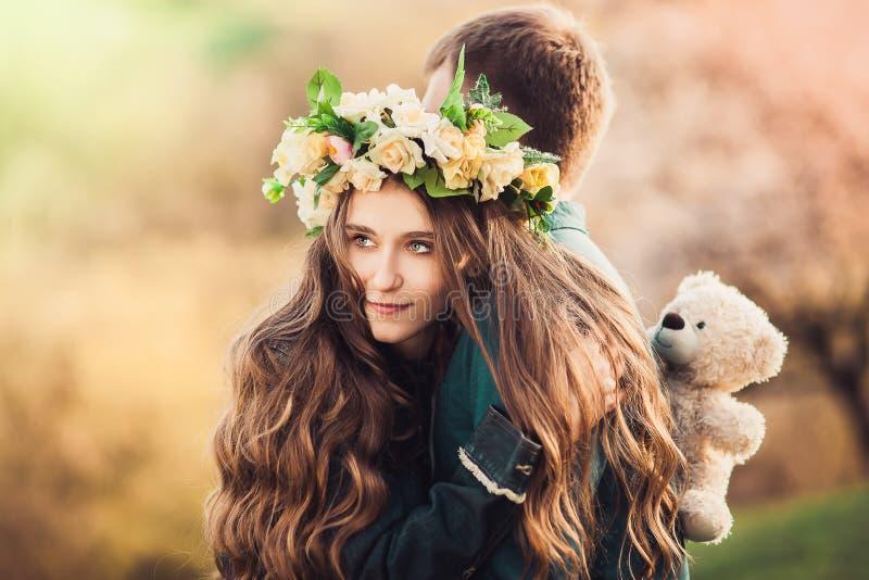 有拥抱她的人的长的头发的女孩 特写镜头 免版税图库摄影