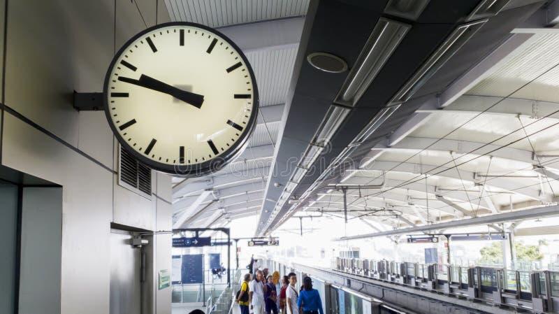 有拥挤乘客的时钟MRT驻地的 免版税库存照片