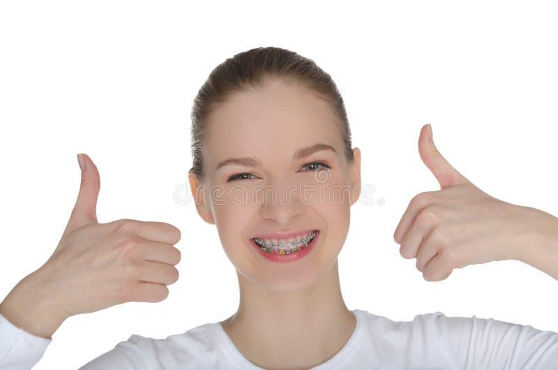 有括号的微笑的愉快的女孩 免版税库存图片